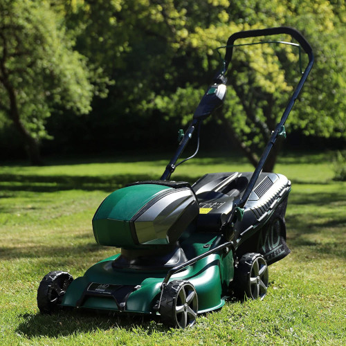 MD600 Elektro-Rasenmäher im Garten